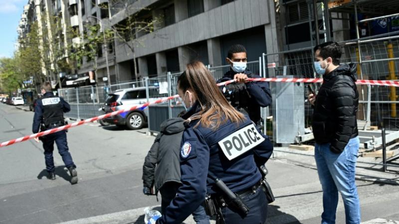 Cordon policier devant l'hôpital Henry Dunant où une personne a été tuée et une autre blessée par balles, le 12 avril 2021 à Paris