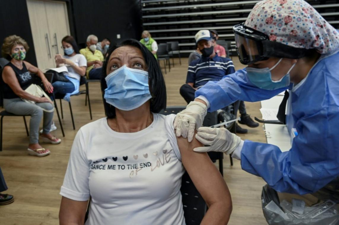 Virus: des caillots sanguins associés au vaccin AstraZeneca mais le bénéfice l'emporte