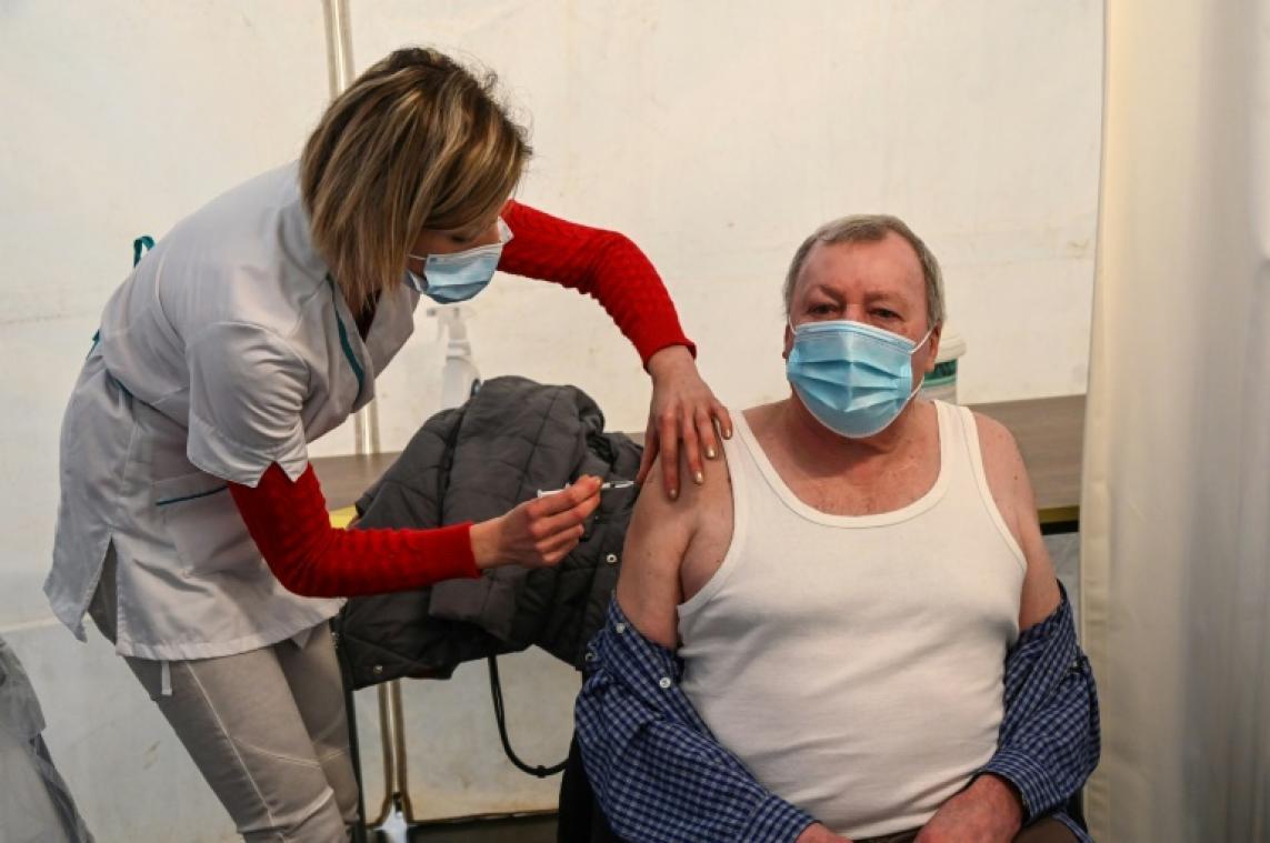 Covid-19: derrière le symbole des 10 millions d'injections, une situation alarmante