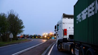 Contre la future PAC, des agriculteurs ont sorti leurs tracteurs dans le nord de la France