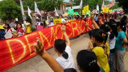 Birmanie: plus de 12.000 déplacés après des raids aériens de l'armée, selon une faction rebelle