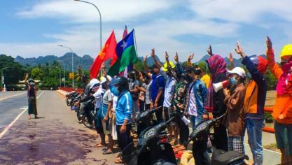 """Birmanie: de la peinture rouge déversée dans les rues en hommage aux """"martyrs"""""""