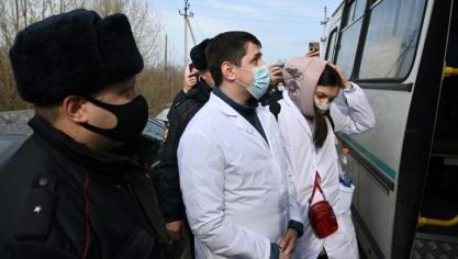 Des partisans, dont des médecins, de l'opposant russe Navalny arrêtés devant son pénitencier