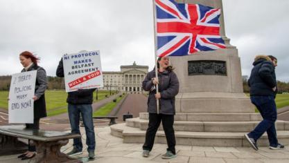 Irlande du Nord: unionistes et républicains condamnent ensemble les violences