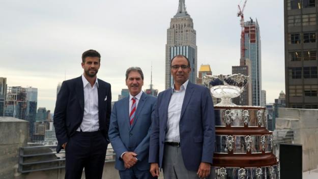 Le footballeur Gerard Pique, fondateur et président de Kosmoa, à gauche, et le président de l'ITF David Haggerty à droite avec le trophée de la Coupe Davis le 5 septembre 2019 à New York aux Etats Unis.