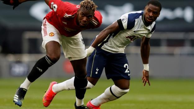 Paul Pogba le milieu de Manchester United (en rouge) dans le stade de Tottenham à Londres le 11 avril 2021.