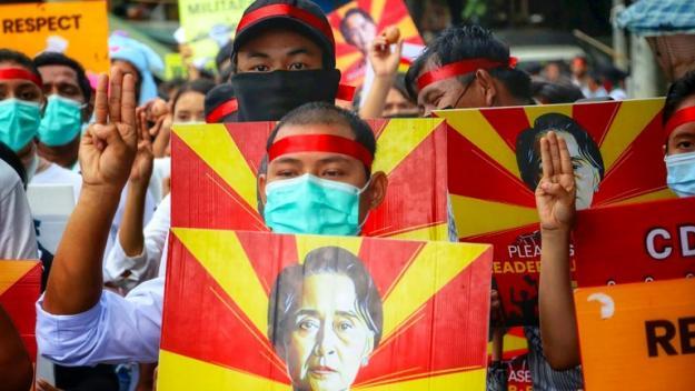 Photo prise et diffusée le 4 avril 2021 par une source anonyme via Facebook de manifestants tenant le portrait d'Aung San Suu Kiy lors d'un rassemblement à Rangoun contre le coup d'Etat militaire en Birmanie