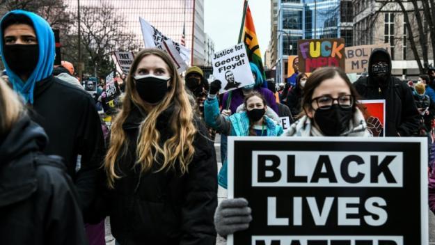Des manifestants à Minneapolis le 19 avril 2021