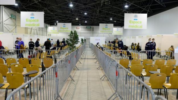 Des personnes attendent leur tour pour la vaccination dans le centre d'exposition Chanot à Marseille dédié à la vaccination,  le 19 avril 2021