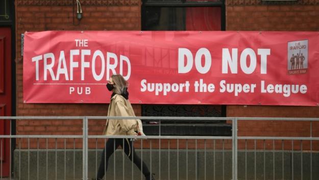 Une banderole anti-Super Ligue est affichée devant un pub proche d'Old Trafford, le stade de Manchester United, le 21 avril 2021