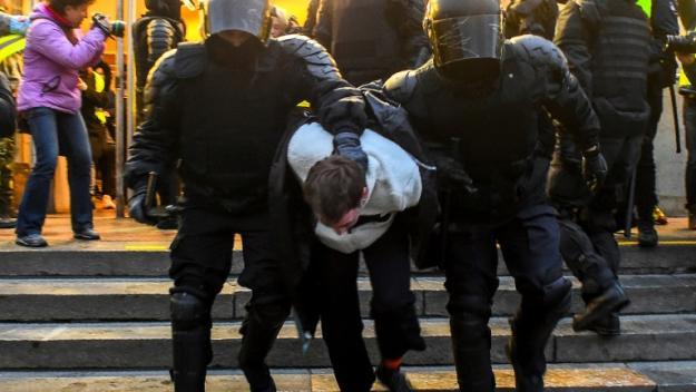 Un manifestant pro-Navalny arrêté par les forces anti-émeutes russes le 21 avril 2021 à Saint-Pétersbourg