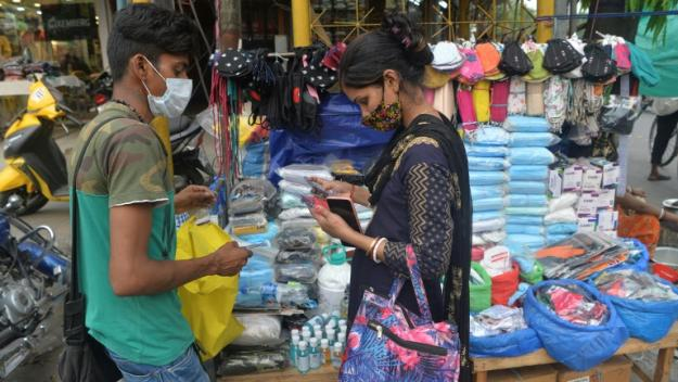 Un homme vend des masques à Siliguri, le 21 avril 2021 en Inde