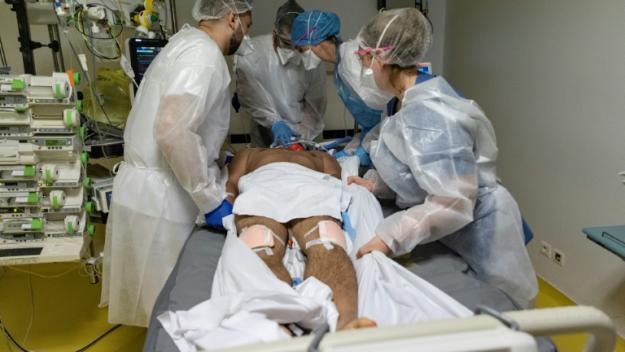 Des soignants s'affairent autour d'un patient atteint du Covid-19 à l'Institut Mutualiste Montsouris, le 21 avril 2021 à Paris