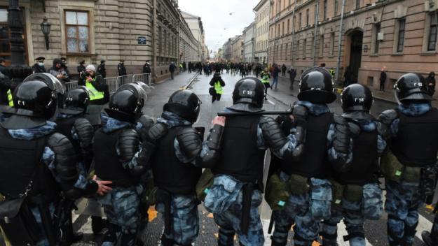 Des policiers bloquent une rue pendant une manifestation de soutien à l'opposant russe emprisonné Alexeï Navalny, le 21 avril 2021 à Saint-Pétersbourg
