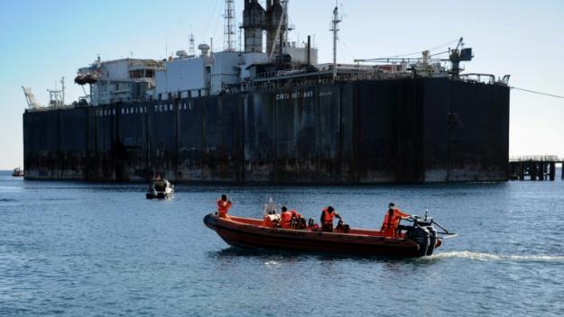 Des membres de l'Agence indonésienne de sauvetage se préparent à prendre part aux recherches du sous-marin indonésien disparu au large de Bali, le 22 avril 2021 dans le port de Celukan Bawang