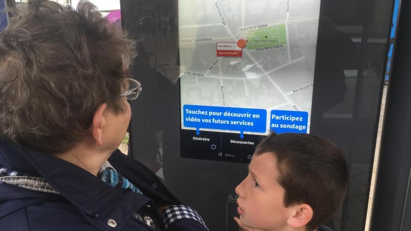 Claudine Hénin, 74 ans, et son petit fils Erwan ont découvert ce samedi le nouveau bus Nemo, mais aussi tous les changements comme cette borne interactive aux arrêts de bus.