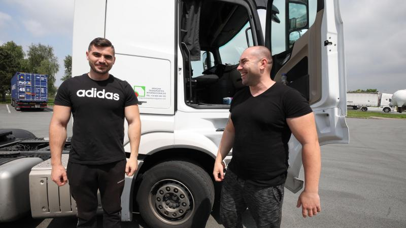 Leur société est espagnole mais ils sont Roumains... Florin Shuhy et Nicci Valoare sillonnent les routes d'Europe. Leur salaire aux standards espagnols leur assurent un « bon revenu ».