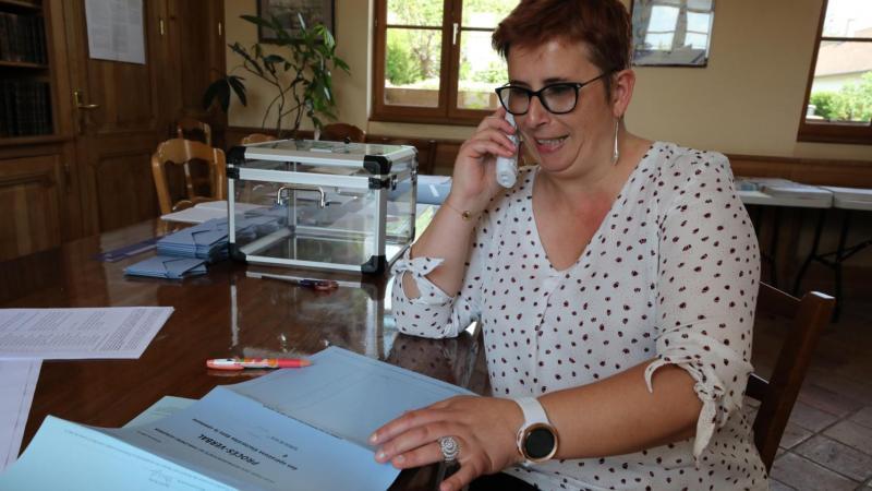 A Prouzel, 426 électeurs au sud d'Amiens, la liste devrait être sans accroc en principe, mais la secrétaire de mairie Sophie Duez s'est retrouvée « avec des inscrits radiés et des radiés inscrits. J'estime à une vingtaine les noms qui m'ont posé problème ».Photo : Dominique Touchart