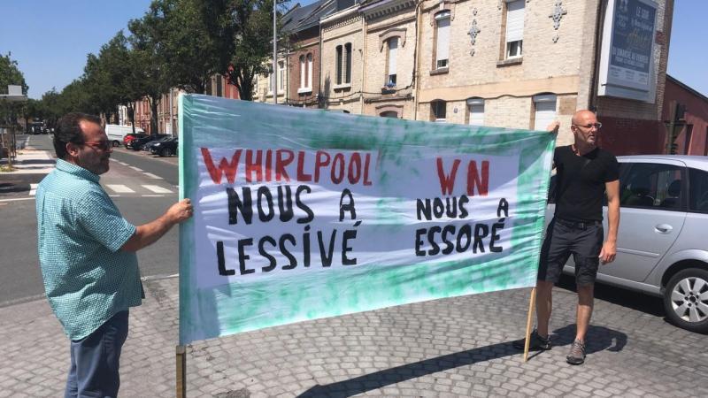 Distribution de tracts auprès de la population ce mardi 23 juillet route d'Abbeville pour les salariés de WN, avant une autre manifestation plus importante ce vendredi.