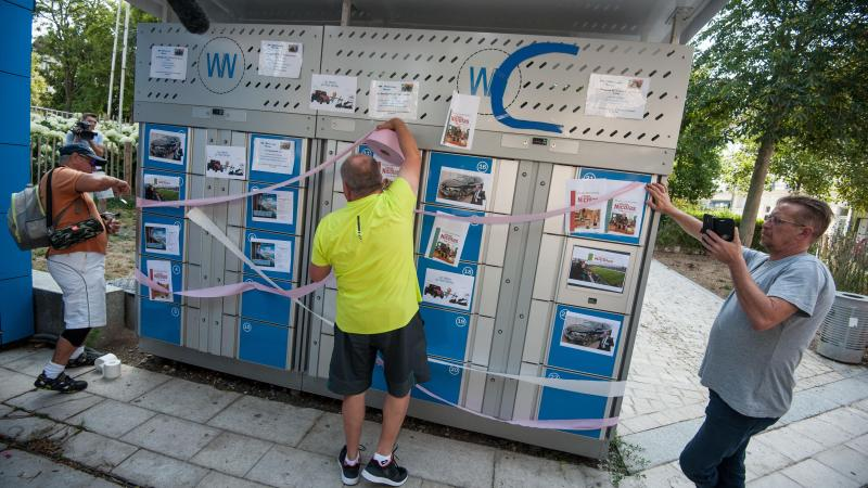 Comme un symbole, des salariés recouvrent les casiers réfrigérés de papier toilette après avoir rebaptisés l'usine...WC.