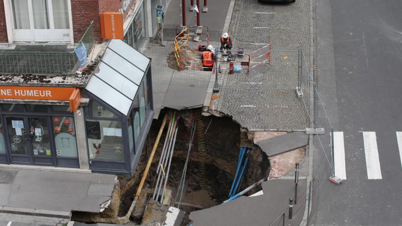 GRDF, EDF ont sécurisé les réseaux arrachés par l'effondrement de ce qui semble être une cave médiévale.
