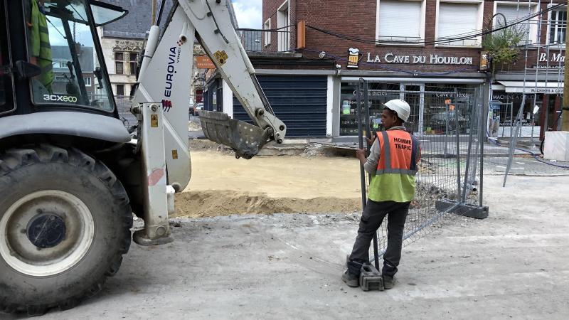 Après la pose d'une nouvelle couche de sable ce jeudi 4 septembre, la circulation sera en partie rétablie autour du trou pour le marché du week-end.