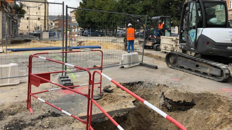 Derrière l'hôtel de ville, le chantier se poursuit avec le rétablissement de la conduite d'eau, après le le versement de 200 m3 de sable.