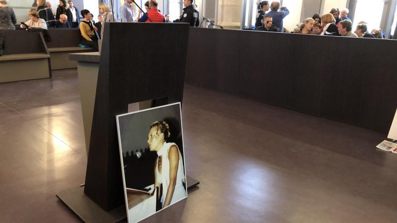 Jacky Kulik avait déposé le portrait de sa fille au pied de la barre où il allait s'exprimer.