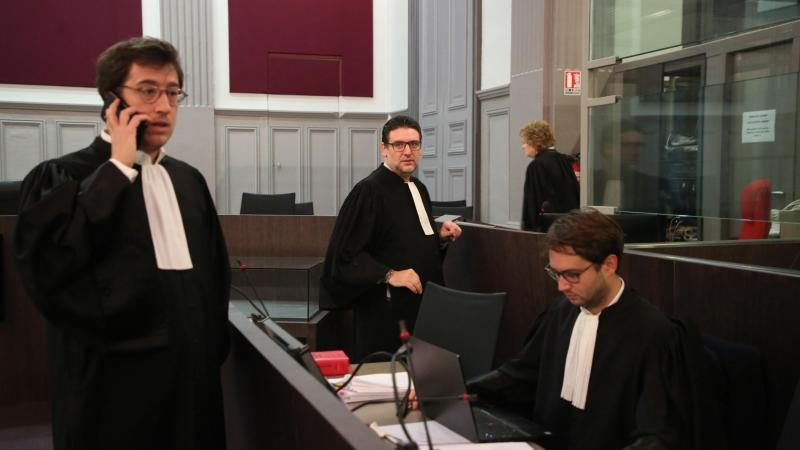 Les trois avocats de la défense se trouvaient devant leur client au moment où il a ingurgité quelque chose.