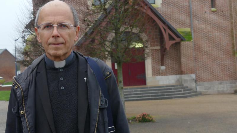 L'abbé Jacky Marsaux, ici photographié devant l'église de Bouzincourt, près d'Albert.