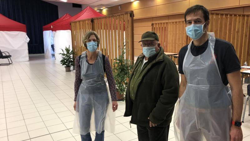 Pierre Boette, entouré des deux infirmier(e)s qui l'ont pris en charge dans la salle des fêtes transformée en centre de vaccination par la commune.