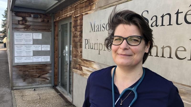 Le docteur Isabelle Basse devant la Maison pluriprofessionnelle de santé de Poix-de-Picardie. Créée en 2011 dans le cadre du premier plan local de santé, celle-ci abrite quatre généralistes, cinq infirmiers, quatre kinés, un orthophoniste, un ophtalmologue, deux psychologues et une diététicienne.