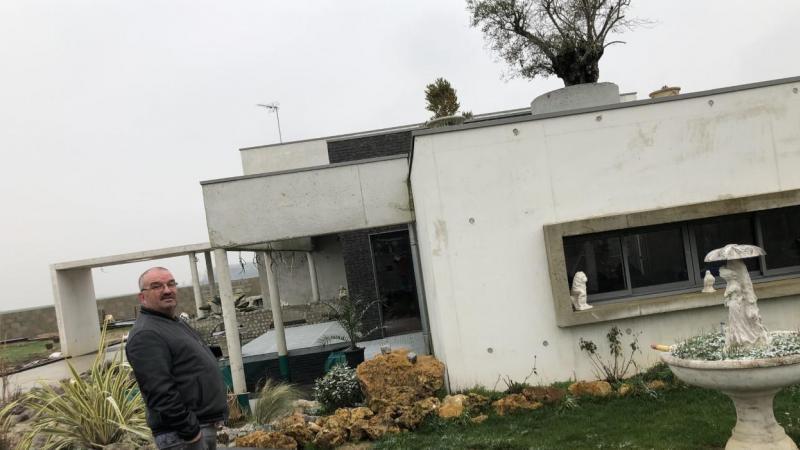 Toit terrasse végétalisé, bassin, Pascal a construit la maison de sa vie.