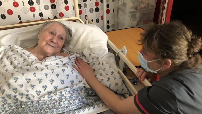Marie, 93 ans, est en soins palliatifs chez elle en hospitalisation à domicile depuis le mois d'août. Et la petite flamme dans ses yeux se ranime chaque fois qu'Isabelle vient la voir.