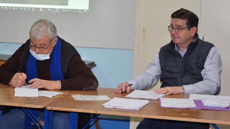 Le maire de Cartigny (à droite) Philippe Genillier.