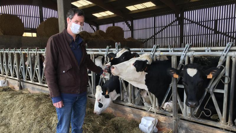 Valentin Crimet, éleveur de Villers-sur-Mareuil, a 140 vaches laitières. Il a repris la ferme familiale il y a 18 ans. Son prix de base du lait n'a augmenté que de 1 centime en 20 ans, selon lui. (Photo Alexandra MAUVIEL)