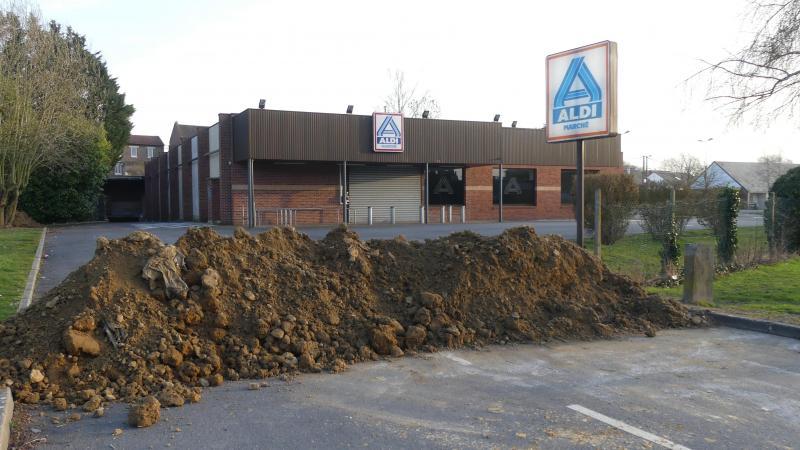 L'enseigne a déposé un imposant tas de terre bloquant l'accès au magasin, jusque-là réservé aux véhicules.
