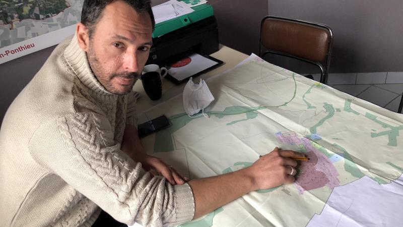 Le maire, Jean-Luc Madani-Butin, indique les deux terrains où le PLUI lui permet de construire : l'un, au centre du village est aménageable «au prix de 600000€ pour neuf maisons. C'est trop coûteux, je ne veux pas», explique-t-il. L'autre est situé sur des coulées de boue.