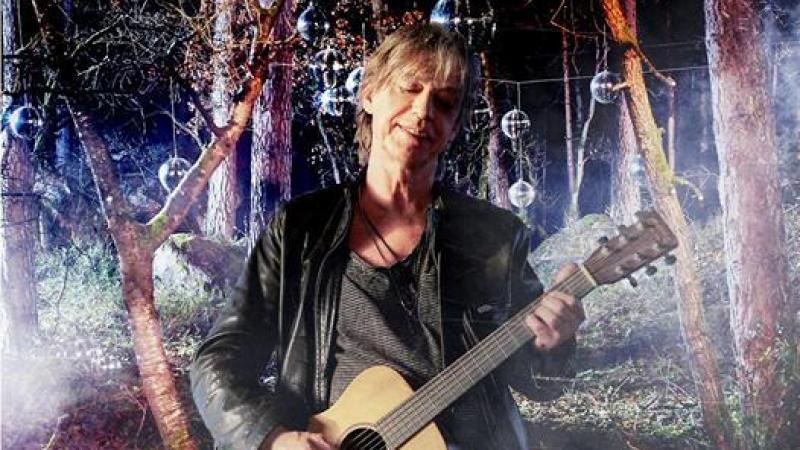 Jean-Louis Aubert invite ses fans à un concert virtuel (payant) pour son anniversaire le 12 avril.