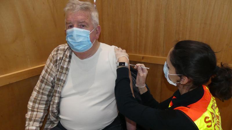 Bernard, 89 ans, habite Dompierre-Becquincourt. Il est vacciné par le lieutenant Elodie Boidard, infirmière au service santé des pompiers de la Somme. Il se veut rassurant : «L'injection est indolore, et elle évitera d'attraper la maladie».