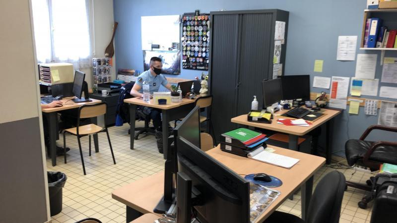 Le cœur de la brigade d'Oisemont: un petit bureau où quatre postes de travail sont serrés les uns contre les autres et où aucune confidentialité n'est possible.
