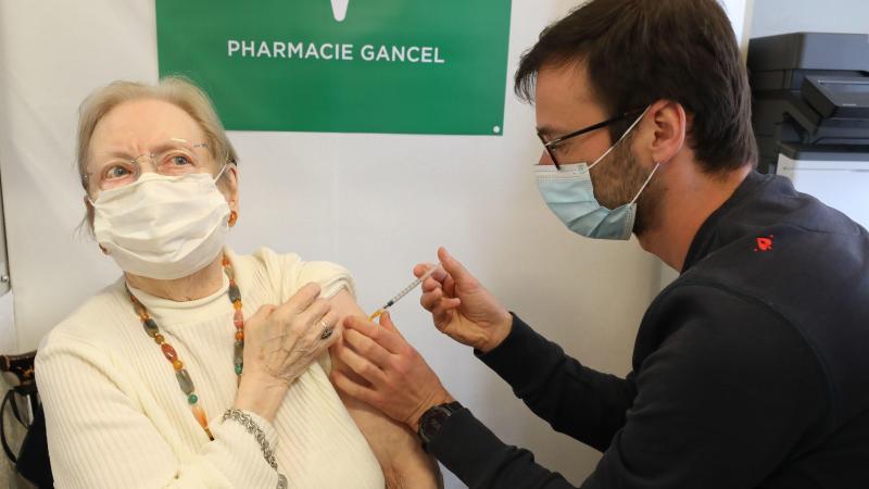 Colette Delaby, 89 ans, a reçu sa première dose de vaccin AstraZenaca dans une pharmacie d'Amiens. (Photo FRED HASLIN)