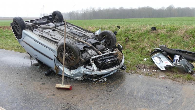 La voiture a fait plusieurs tonneaux avant de finir sur le toit.