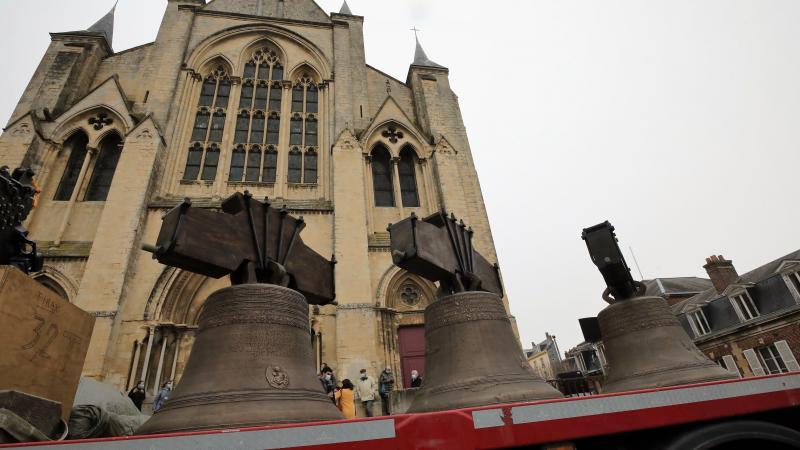 Les trois cloches restaurées, Louise-Marie, Suzanne et Françoise-Victoire, sont revenues à Eu par convoi exceptionnel.