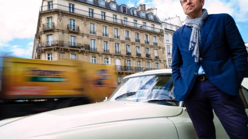 Thomas Morales devant une superbe voiture DS, symbole des Trente glorieuses.