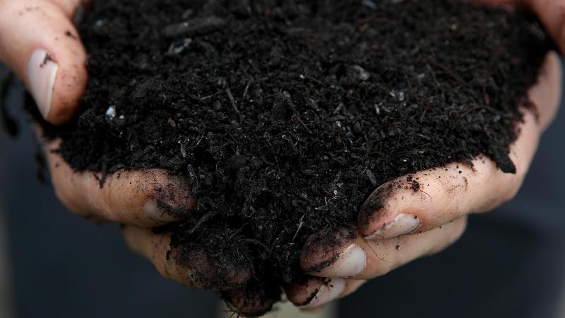 Le compost a une densité volumétrique d'environ 500 kilos par mètre cube, et n'a que peu de valeur.