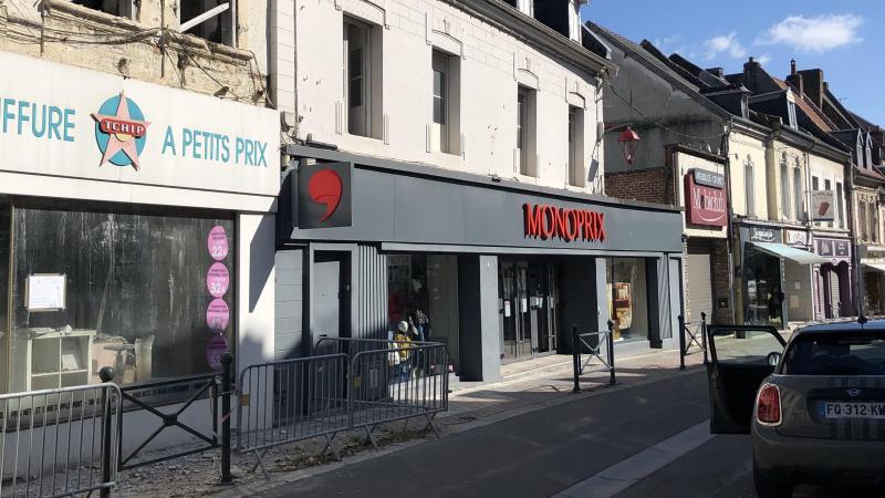 Comble du mauvais sort, le Monoprix se trouve entre le coiffeur dont les murs ont brûlé et un magasin de meubles lui aussi fermé.