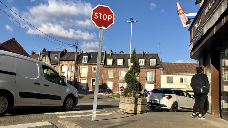 Le trafic est dense et le stationnement difficile, place de la République et rue du Maréchal-Leclerc. Les commerçants demandent un investissement.