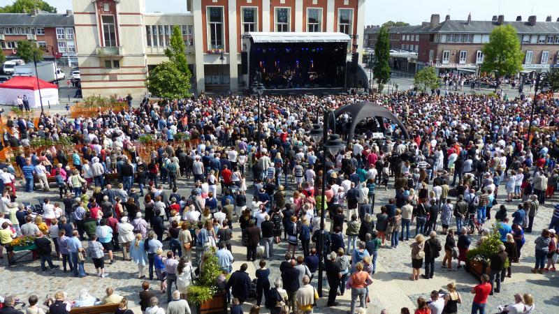 La situation sanitaire ne permet pas, pour le moment, ce genre de configuration pour les concerts d'été. Le ministère de la Culture préconise une jauge à 5000 spectateurs assis.
