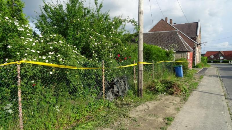 Le meurtre a été commis dans le jardin d'une maison abandonnée à proximité du domicile de la victime.